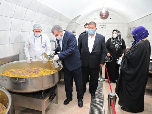 Beyazgül, Gönüllü Kuruluşlar Aşevi'nde yemek dağıttı