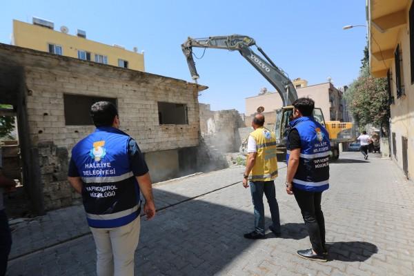 Haliliye'de riskli binalar yıkılıyor