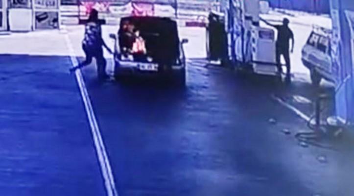 Akaryakıt istasyonunda otomobil bir anda alev aldı